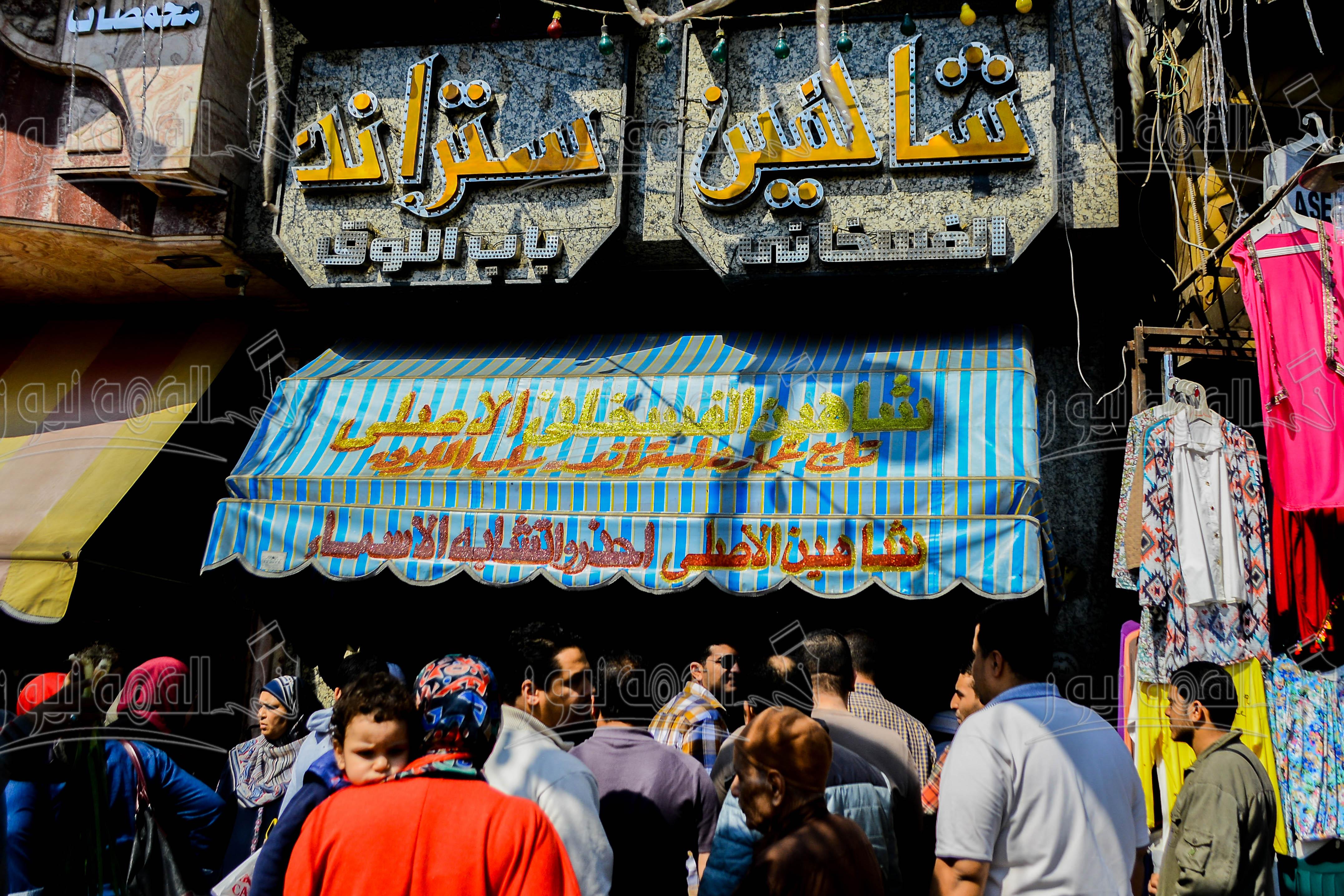 صور/إقبال المواطنين على شراء الرنجة والفسيخ استعدادا لشم النسيم