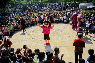 الاطفال يحتفلون بشم النسيم فى الملاهى العامة