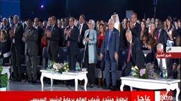 شاهد البنت التى وقف لها الرئيس السيسي وزوجته وجميع الجالسون بمؤتمر الشباب