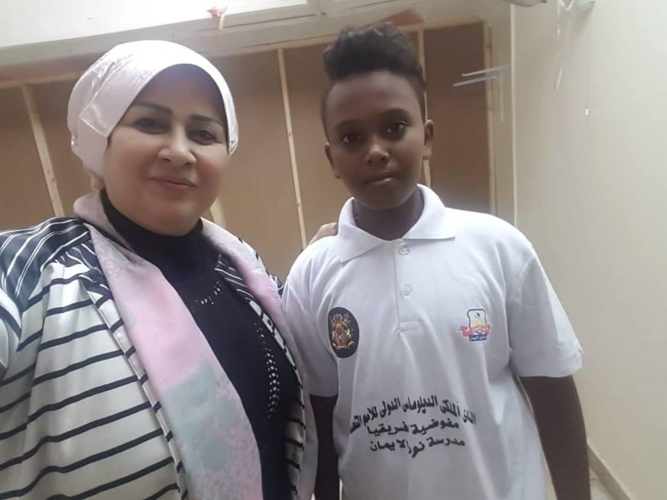 هاله البحرينية في زيارة رسمية لمدرسة الوافدين واللاجئين