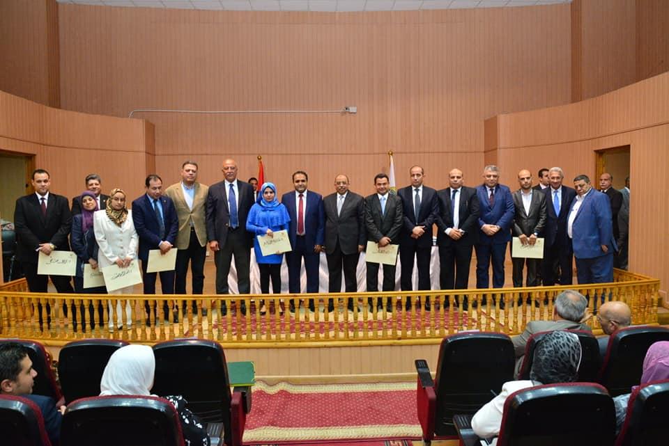 وزير التنمية المحلية يكرم عدد من العاملين المتميزين بالوزارة