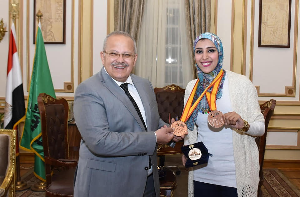 رئيس جامعة القاهرة يكرم جيانا فاروق لحصولها علي المركز الثالث في بطولة العالم للكاراتيه بأسبانيا