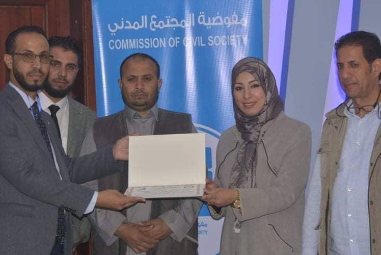 مفوضية المجتمع المدني بلدية سلوق تكرم رئيس منتدى تمكين المرأة والشباب