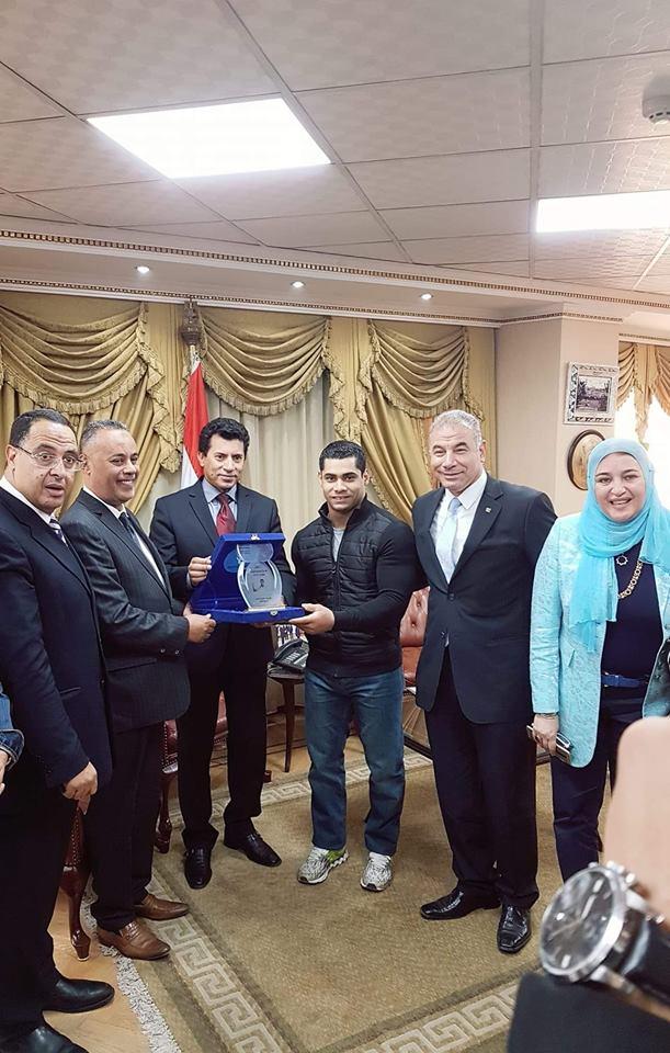 """""""صبحي"""" يكرم بطل العالم لرفع الأثقال محمد ايهاب كأفضل رياضي عربي"""