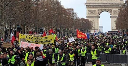 """باريس تشهد موجة من العنف مع استمرار تظاهرات """"السترات الصفراء """""""