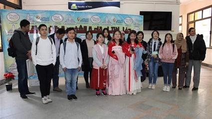 وفد طلابي صيني يتفقد أقسام ومعامل ومكتبات جامعة عين شمس