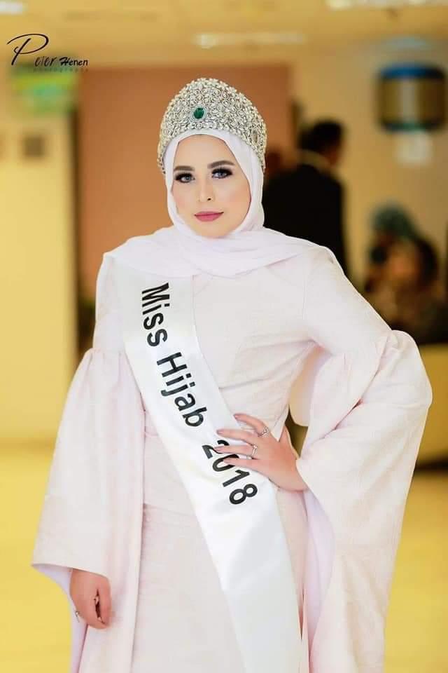 """بالصور.. """"اية مكرم""""ملكة جمال المحجبات تتألق بفستان مميز"""
