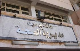 سيدة تبحث عن الدواء بالوحدة الصحية بقرية أشمنت ببني سويف