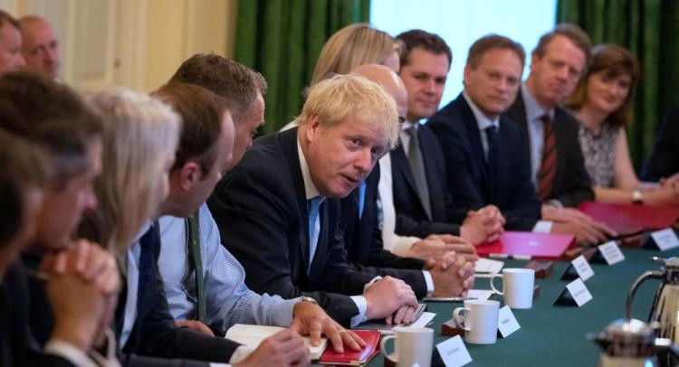 المعارضة البريطانية تتعهد بإسقاط جونسون وإرجاء بريكست