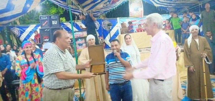 خالد إسماعيل يكرم فرقة قنا للفنون الشعبية بقرية هوارة بالمنيا