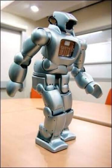 أول روبوت بأيدي مصريه يقوم بعمليات التنظيف .