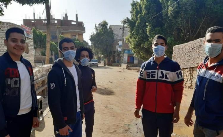 شباب قرية زهرة بالمنيا يتحدون كورونا بالتطهير والتعقيم