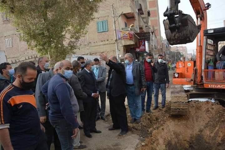 القاضي يتابع اعمال رصف طريق البحر بحي شرق بني مزار وانشاء مدخل المدينة