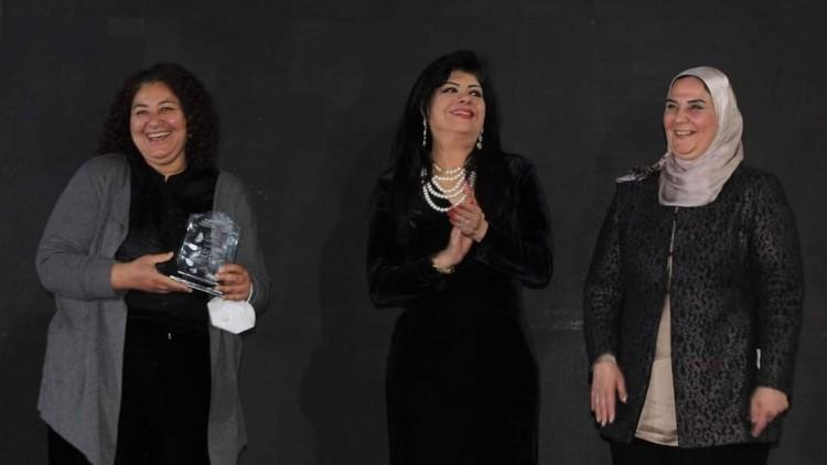 مدرسة ابتكار خانة تقدم للمديرة الإقليمية لمؤسسة دروسوس مصر  درع امتنان