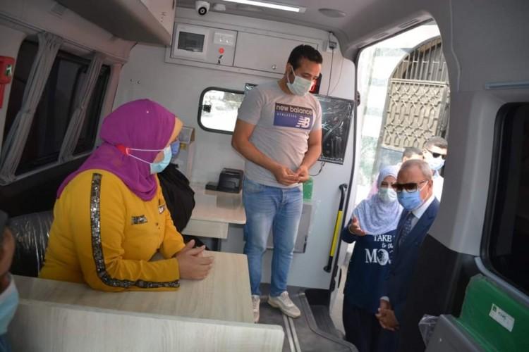 محافظ القليوبية يتابع سير العمل فى سيارة متنقلة كمركز تكنولوجي لخدمة المواطنين بحي غرب شبرا الخيمة