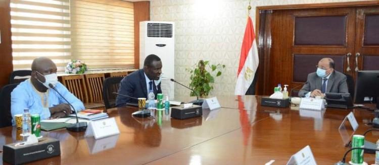 وزير التنمية المحلية يلتقى وفد اتحاد مجالس ومدن الكاميرون لبحث مجالات التعاون بين البلدين