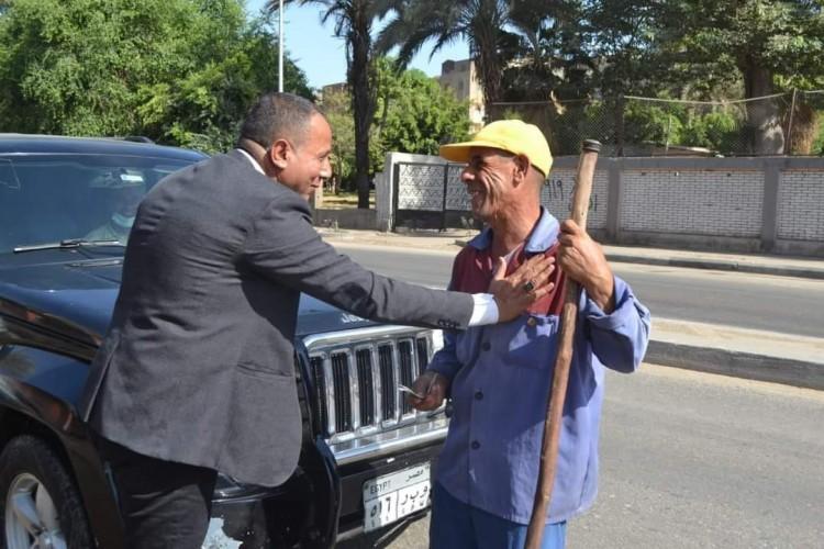توزيع العيدية على عمال نظافة وتجميل القاهرة