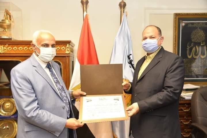 محافظ أسيوط يكرم وكيل وزارة التربية والتعليم لبلوغه السن القانونية للمعاش