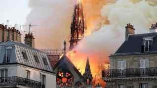 بالصورانهيار كاتدرائية نوتردام الاثرية بباريس بسبب حريق