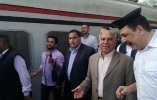 وزير النقل يستقل قطار 905 متوجها إلى الإسكندرية