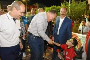 محافظ الشرقية يصطحب طفل من ذوي القدرات الخاصة لمشاهدة مباراة مصر وزيمبابوي بنادي الشرقية