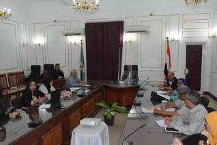 محافظ المنيا يناقش مشروع تطوير المناطق غير المخططة تمهيدا للقضاء على العشوائيات