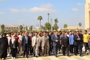 رئيس جامعة كفر الشيخ يستقبل الطلاب بتحية علم مصر فى بداية العام الجامعي 2020/2019م