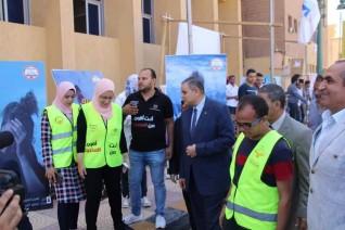 رئيس جامعة كفر الشيخ يتفقد معرض الأشغال الفنية