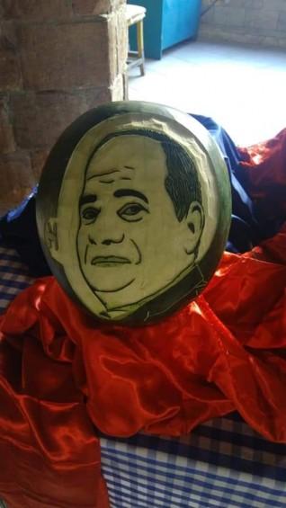 بالصور : شيف ينحت صورة الرئيس السيسي علي البطيخ في الغردقة
