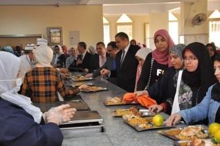 جولة تفقدية مفاجئة لـرئيس جامعة كفر الشيخ  في المدن الجامعية ويتناول الغداء مع الطلاب والطالبات