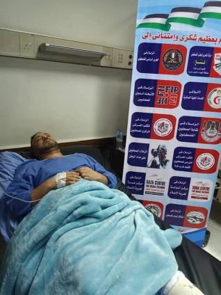 ممرض يتعدى على الصحفي الفلسطيني المصاب «عز أبو شنب»