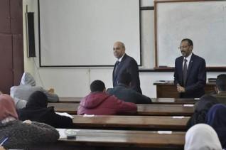 رئيس جامعة المنيا يتفقد إمتحانات الطب البيطرى