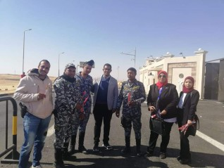 مستقبل وطن أسوان يوزع باقات الورود على رجال الشرطة بالكمائن