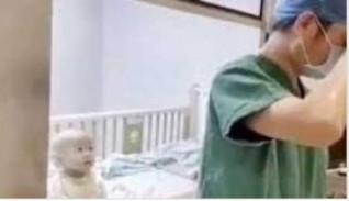 أب صيني يبكي العالم لعدم قدرته على احتضان طفله المصاب بـ كورونا