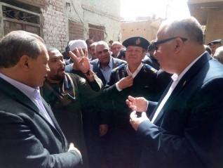 محافظ قنا يقدم العزاء لشهداء سور مدرسة المهنية بفرشوط