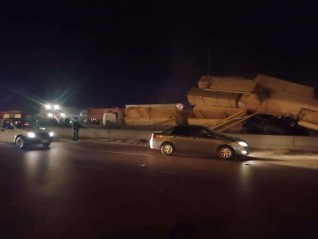 انقلاب سيارة محملة بالأخشاب على ملاكي بطريق الإسكندرية الصحراوي