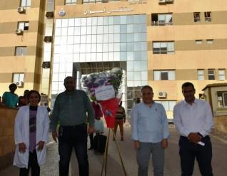محافظ أسوان إهداء الأطقم الطبية والمرضى بمستشفى العزل بالصداقة الجديدة