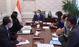 رئيس الوزراء يستعرض الاشتراطات الفنية والمستندات اللازمة لتصنيع الكمامات القماشية