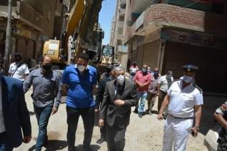 محافظ المنيا يتابع إزالة برج مخالف بحي غرب ويوجه بتشكيل لجنة لمراجعة أعمال الإدارة الهندسية