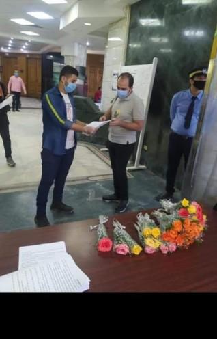 نقابة الصحفيين تستقبل أعضاءها بالورود بعد إعادة فتح المبنى