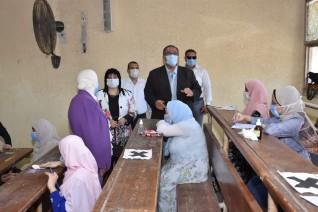 بالصور.. نائب رئيس جامعة عين شمس يتفقد لجان الامتحانات بكلية البنات
