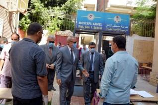 محافظ القليوبية يتفقد إمتحانات الثانوية العامة بمدرسة مصطفى كامل التجريبية ببنها