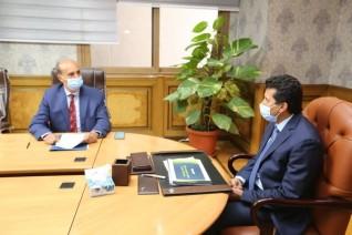 وزير الرياضة يناقش مع رئيس اتحاد التجديف خطة النشاط
