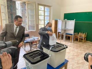 وزير التنمية المحلية يدلي بصوته في انتخابات مجلس الشيوخ بمدرسة الحرية بمصر الجديدة