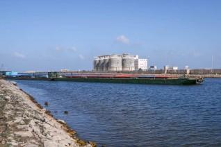 ميناء دمياط ينقل شحنة من القمح إلى صوامع إمبابة عبر نهر النيل
