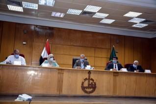 محافظ القليوبية يعقد اجتماعا مع رؤساء المراكز والمدن والقرى ورؤساء لجان تقنين وضع اليد والتصالح
