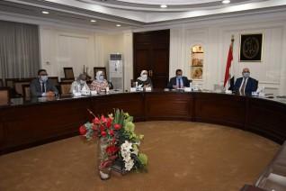 """وزير الإسكان يتابع توصيل المرافق وتسليم أراضي مشروع """"بيت الوطن"""""""