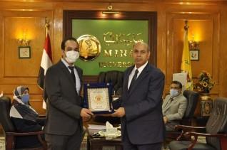 """رئيس جامعة المنيا يُكرم المدرس الحاصل على جائزة  """"نيوتن مشرفه 2020"""" بـكلية الصيدلة"""