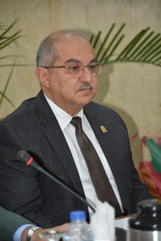 رئيس جامعة أسيوط يشكل مركزاً جديداً لتنظيم  مركزي  للمؤتمرات برئاسته