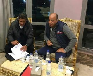 علاء عبدالعال يوقع عقود تدريبية لنادى أسوان